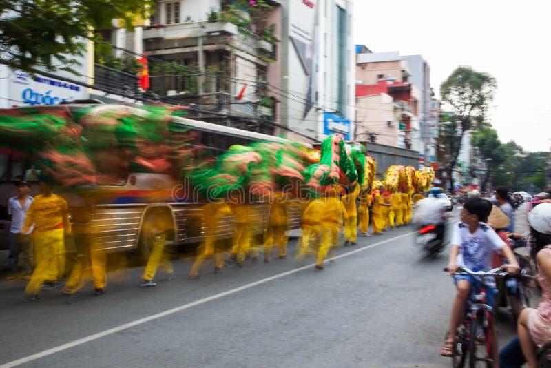 Vietnam - Januari 22, 2012: Dragon Dance Artists tijdens de viering van het Vietnamese Nieuwjaar royalty-vrije stock fotografie