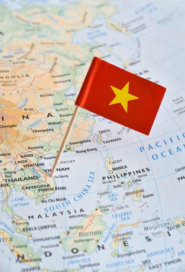Vietnam-Karte und Flaggenstift lizenzfreie stockfotografie