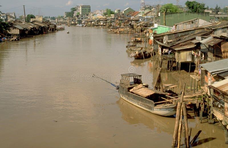 Vietnam: Krottenwijken bij het zij-wapen van de Mekong Rivier dichtbij Delt royalty-vrije stock afbeeldingen