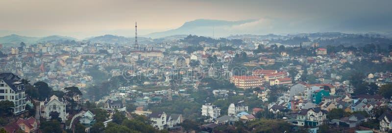 Vietnam liten cityscape f?r Paris Da Lat. H?rlig sikt av Dalat, Vietnam. panorama royaltyfria bilder