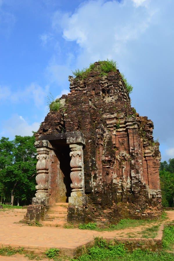 Vietnam - Mijn Zoon - Kleine tempel bij Mijn Zoonsheiligdom de ruïnes van de Werelderfenis van Cham Vietnam royalty-vrije stock afbeeldingen