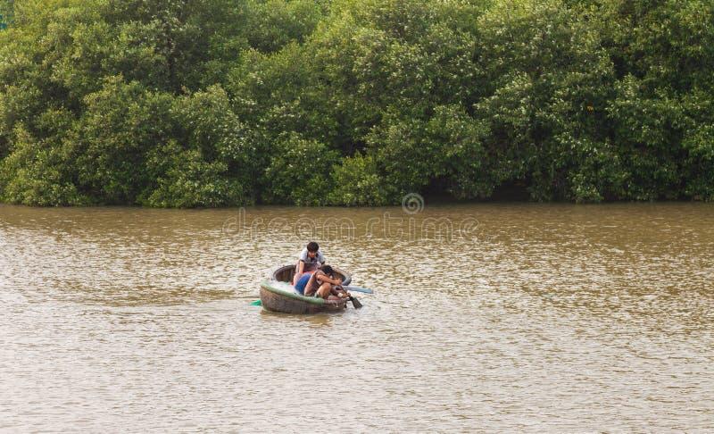 Vietnam MUI Ne Vietnamesiska pojkar som fiskar på floden arkivfoto