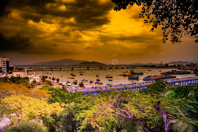 Vietnam Nha Trang Vista del río Kai y de la ciudad fotos de archivo