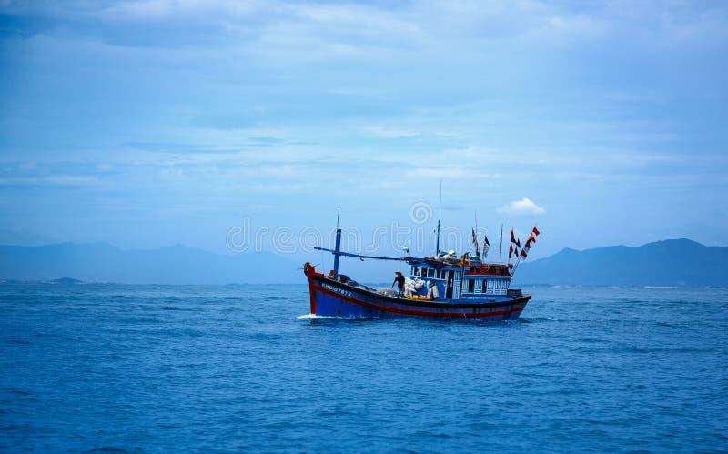 Vietnam staden av Nyachang - Juni 17, 2013: sydkinesiska havet, den skonare att närma sig dobblet royaltyfri fotografi