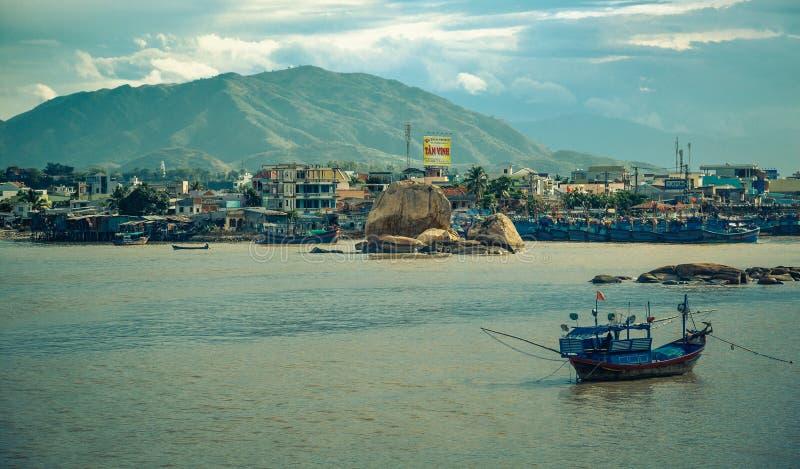 Vietnam staden av Nyachang - Juni 17, 2013: sydkinesiska havet, den skonare att närma sig dobblet arkivbilder