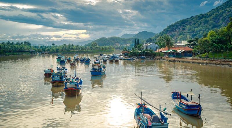 Vietnam staden av Nyachang - Juni 17, 2013: sydkinesiska havet, den skonare att närma sig dobblet royaltyfria foton