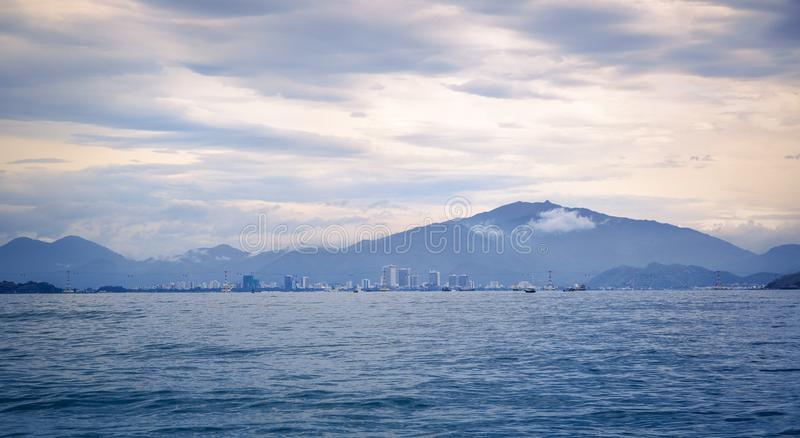 Vietnam staden av Nyachang - Juni 17, 2013: sydkinesiska havet, den skonare att närma sig dobblet royaltyfri bild