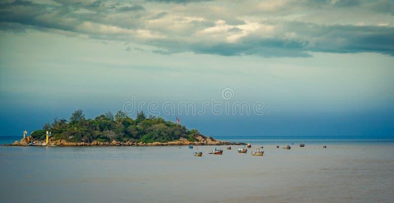Vietnam staden av Nyachang - Juni 17, 2013: sydkinesiska havet, den skonare att närma sig dobblet royaltyfria bilder