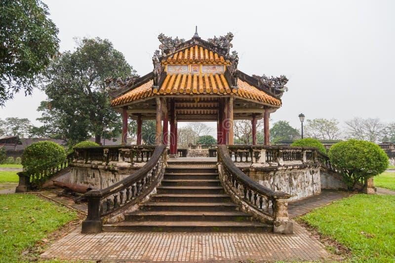 Vietnam ton Gammal gazebo i trädgården arkivfoton