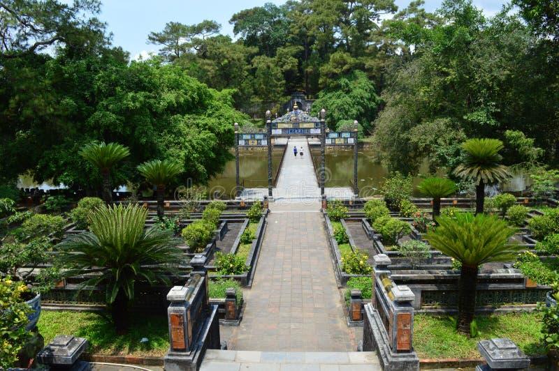 Vietnam - ton - sikt in mot jordfästningkullen på de kungliga mausoleerna - Minh Mang fotografering för bildbyråer
