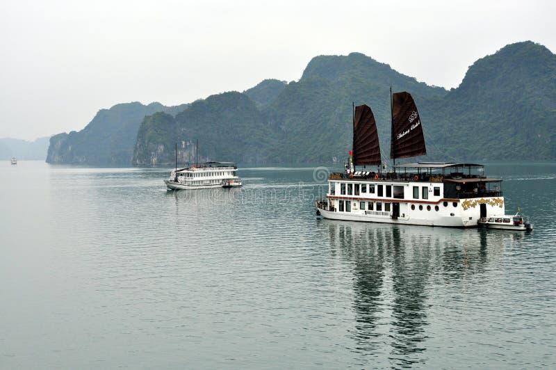 Vietnam - vista de la bahía larga de la ha con los barcos de la travesía fotos de archivo libres de regalías