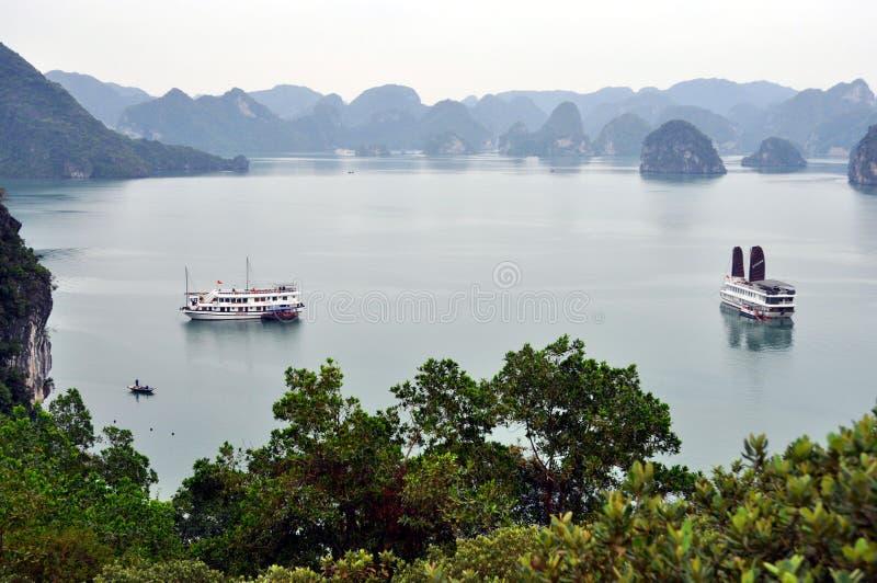 Vietnam - vista de la bahía larga de la ha con los barcos de la travesía imagenes de archivo
