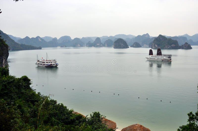 Vietnam - vista de la bahía larga de la ha con los barcos de la travesía imagen de archivo libre de regalías
