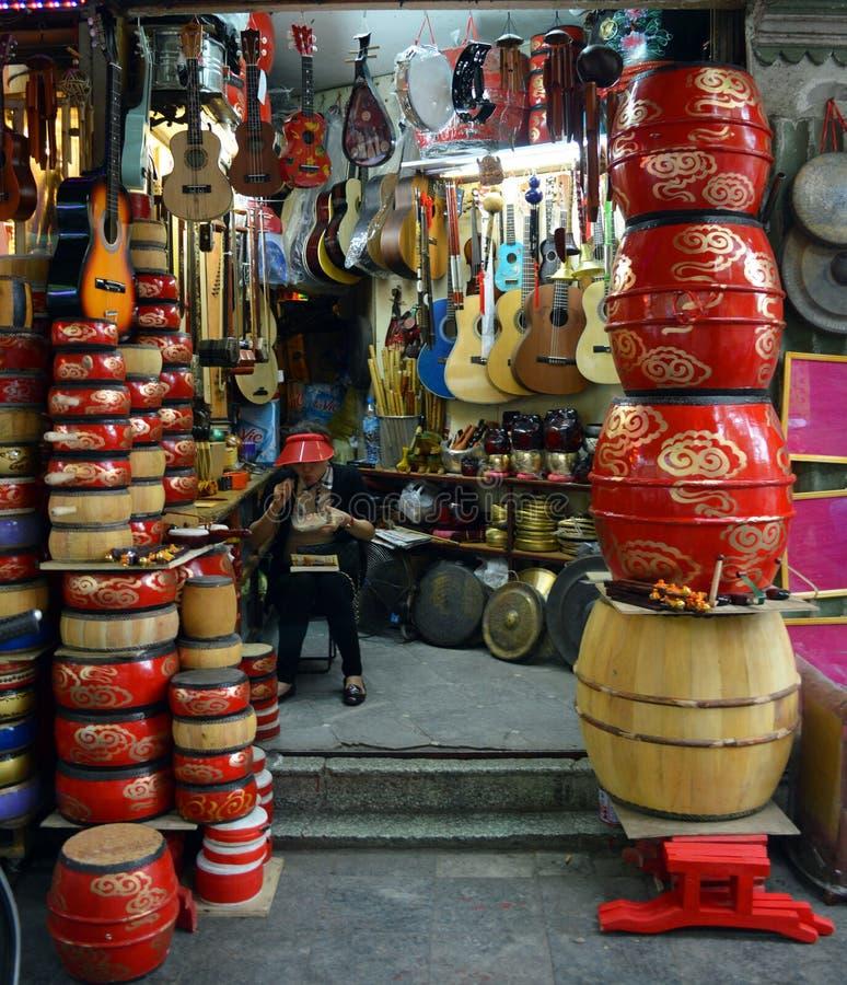 Vietname - Hanoi - loja colorida que vende cilindros e guitarra vietnamianos tradicionais imagem de stock royalty free