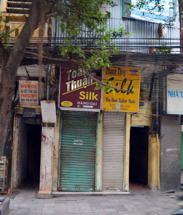 Vietname - Hanoi - seda minúscula costuram lojas no centro de cidade imagem de stock