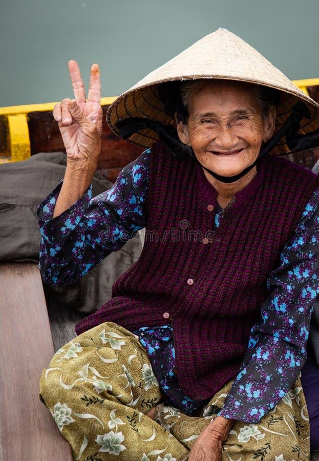 Vietnamees Bejaarde die Vredesteken tonen royalty-vrije stock fotografie
