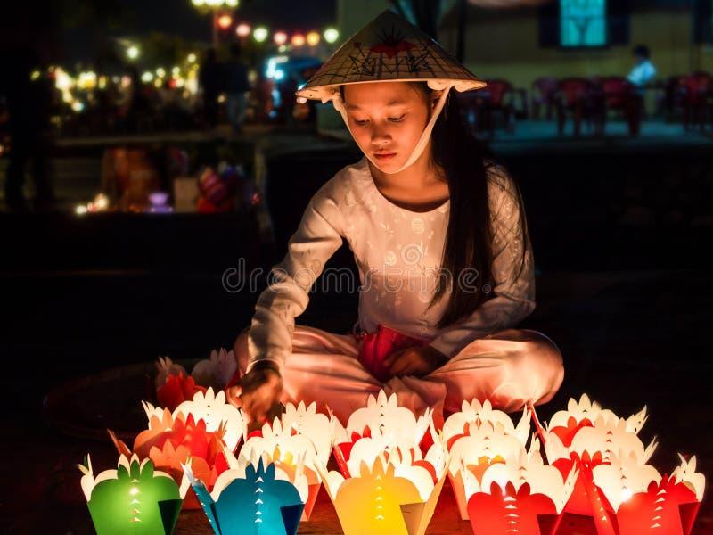 Vietnamees Meisje het Verkopen Kaarsdienstenaanbod in Hoi An, Vietnam stock fotografie