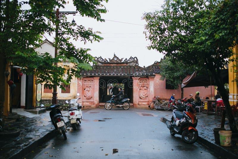 Vietnamees mensen en vervoer op straat in Hoi An, Vietnam royalty-vrije stock foto's