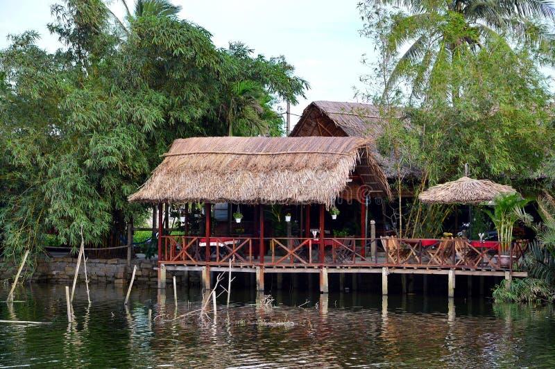 Vietnamees restaurant boven een rivier stock afbeeldingen