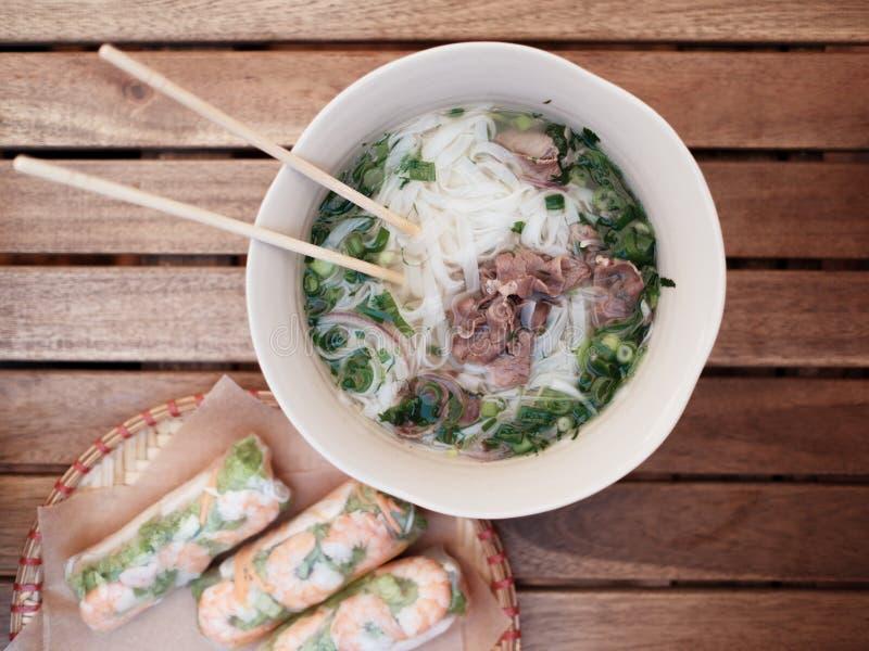 Vietnamees voedsel Fo Bo en Spring Rolls Nem, Kuon stock fotografie