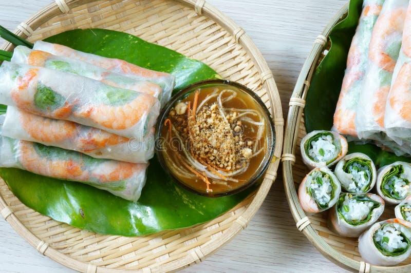 Vietnamees voedsel, goi cuon, saladebroodje stock afbeeldingen