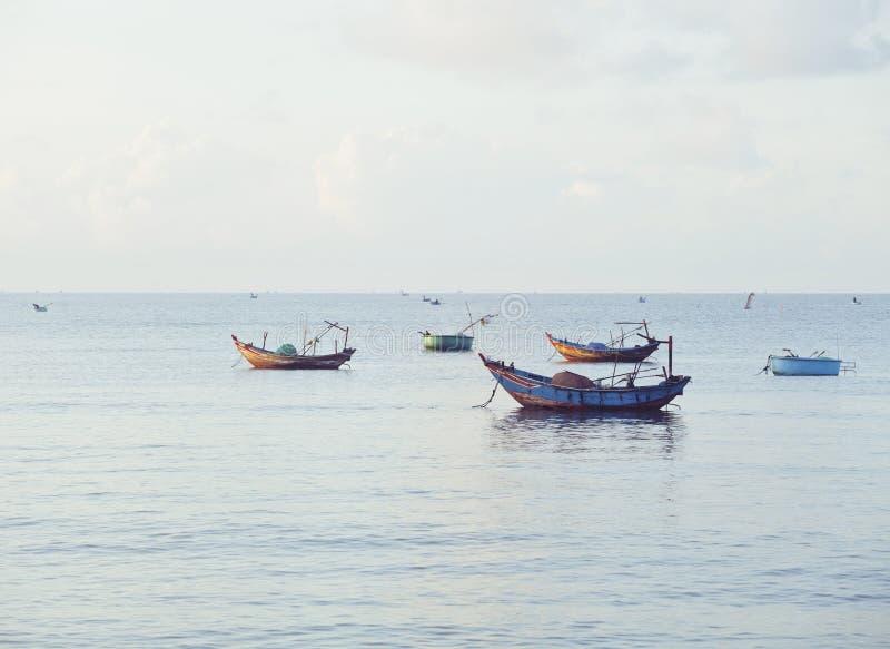 Download Vietnameese全国小船在日出的海 库存图片. 图片 包括有 天空, 端口, 聚会所, 小珠靠岸的 - 72368227