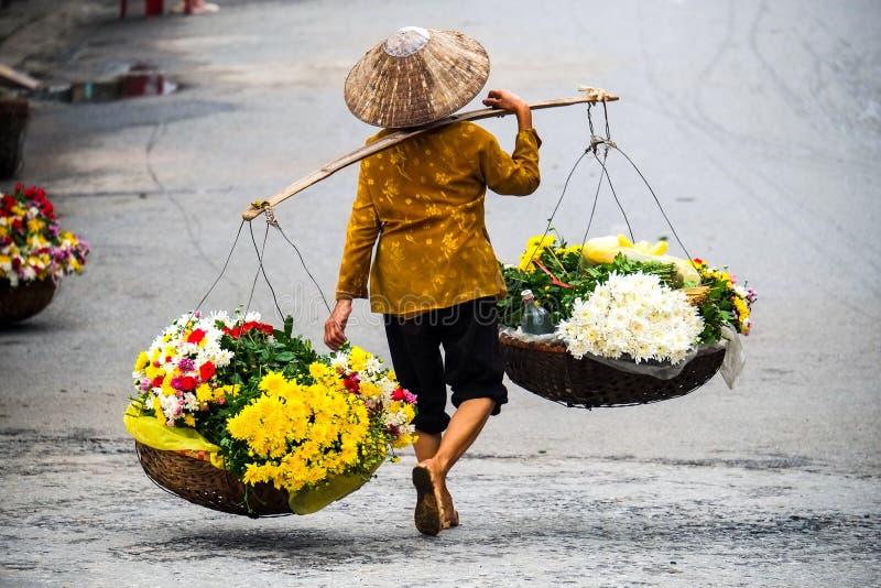 Vietnamese bloemistverkoper in Hanoi stock afbeelding