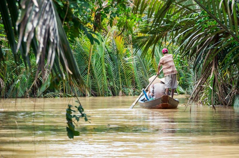 Vietnamese boatman in de Mekong Delta royalty-vrije stock afbeeldingen