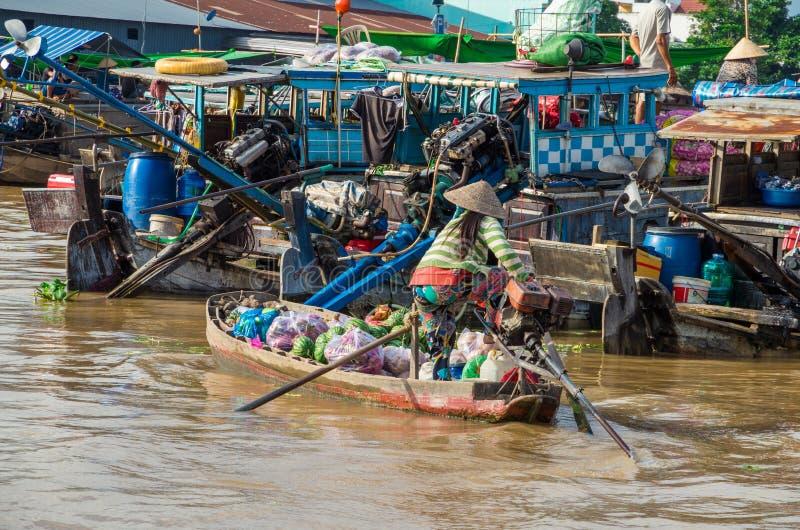 Vietnamese boot bij de het drijven van Bliktho markt royalty-vrije stock foto's