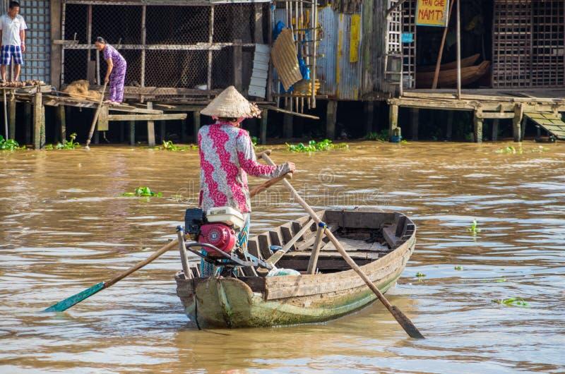 Vietnamese boot bij de het drijven van Bliktho markt stock foto's