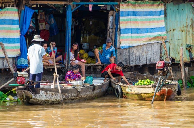 Vietnamese boot bij de het drijven van Bliktho markt royalty-vrije stock fotografie