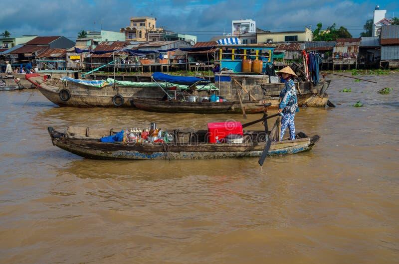Vietnamese boot bij de het drijven van Bliktho markt stock afbeeldingen