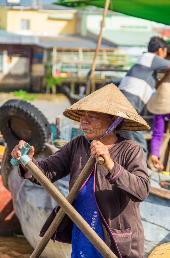 Vietnamese boot bij de het drijven van Bliktho markt royalty-vrije stock afbeelding