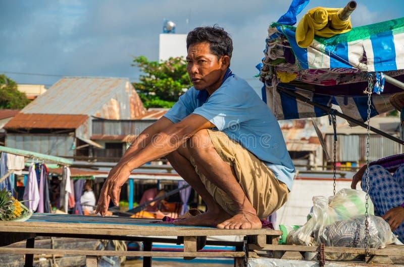 Vietnamese boot bij de het drijven van Bliktho markt stock foto