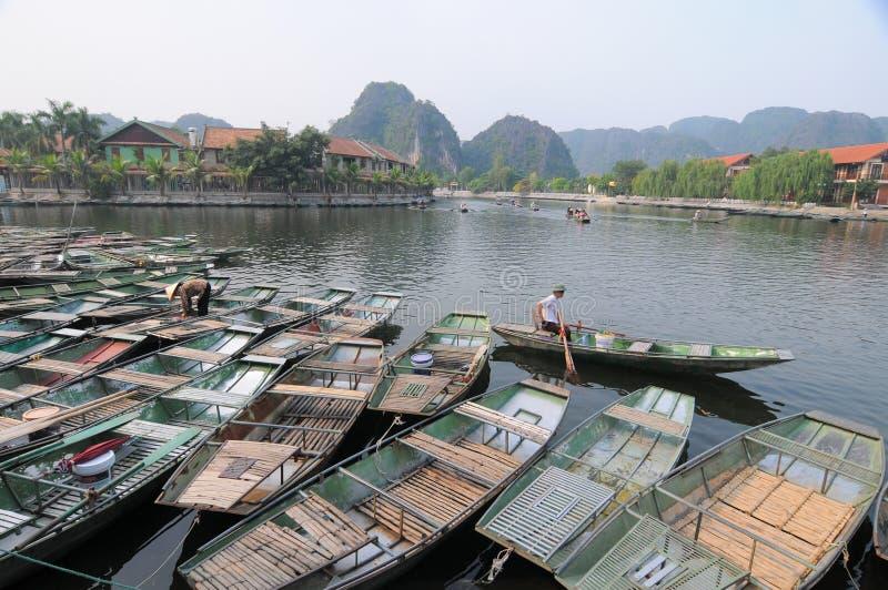 Vietnamese boten op de rivier stock fotografie