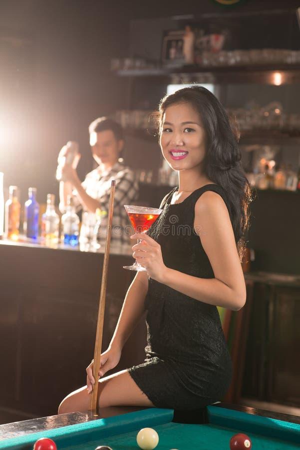 Vietnamese dame in de bar royalty-vrije stock fotografie