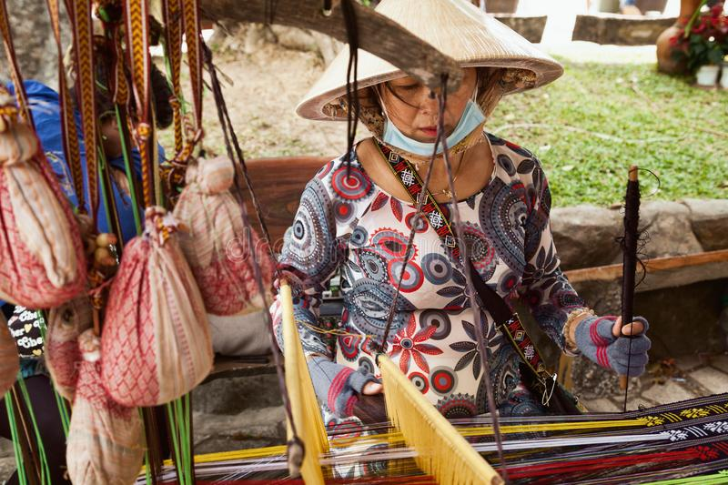 Vietnamese damewever die aan een weefgetouw werken stock foto's