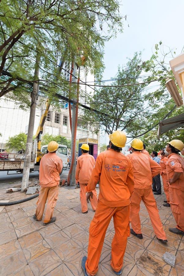 Vietnamese elektriciens op het werk royalty-vrije stock foto