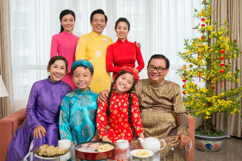 Vietnamese familie in nationale kostuums royalty-vrije stock afbeelding