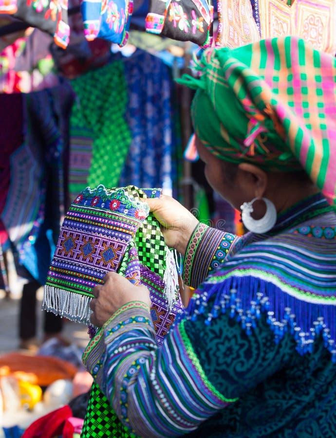 Vietnamese Hmong-minderheidsvrouw die nieuw traditioneel kostuum proberen royalty-vrije stock fotografie