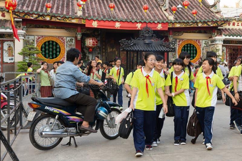 Vietnamese jonge geitjes die klasse verlaten stock foto