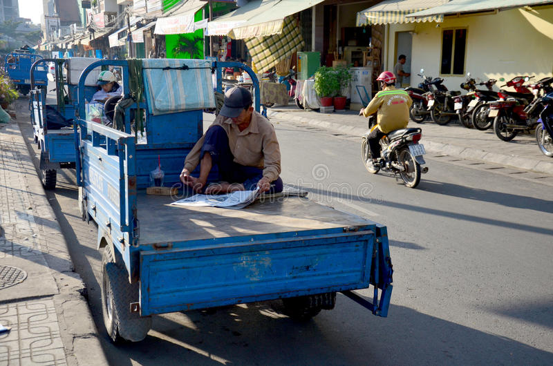 Vietnamese mensen die krant lezen royalty-vrije stock fotografie
