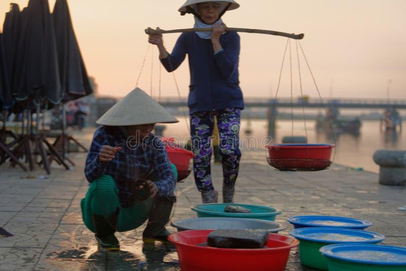Vietnamese mensen die vissen verkopen stock afbeelding