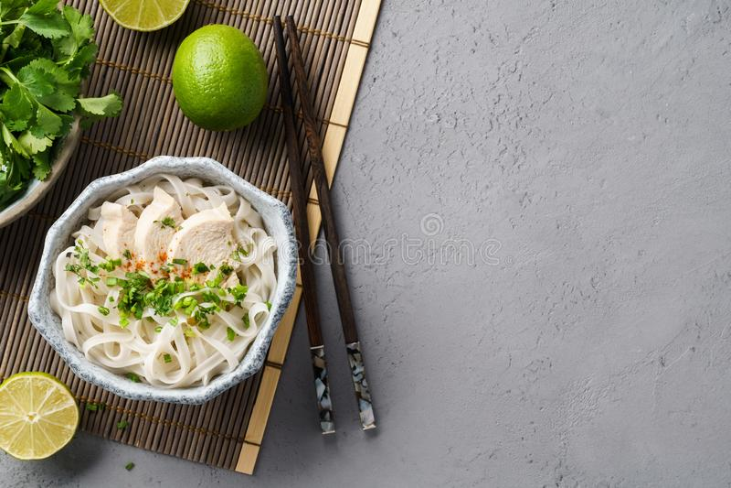 Vietnamese soep Pho GA met kip, rijstnoedels en kruiden stock foto