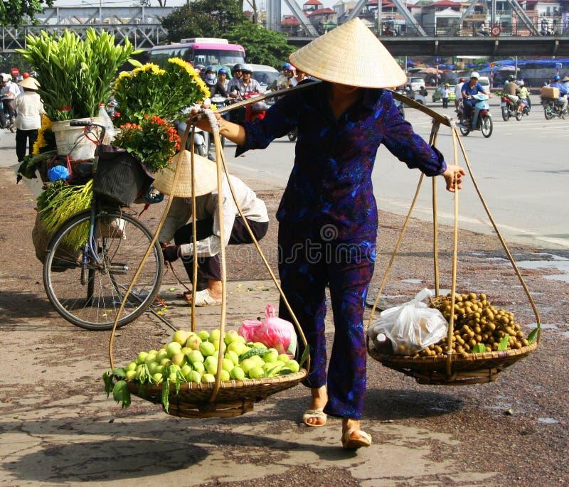 Vietnamese straatventer in Hanoi stock afbeeldingen