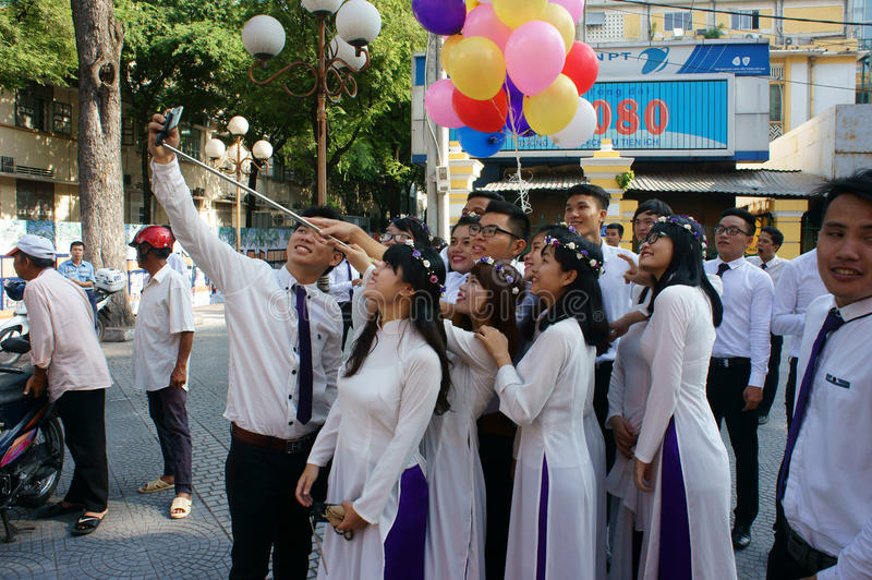 Vietnamese student, ao dai, Saigon Notre Dame Cathedral royalty-vrije stock afbeelding
