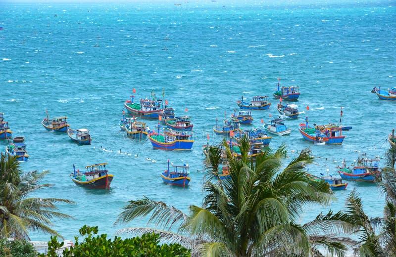 Vietnamese vissersboten op zee stock foto's