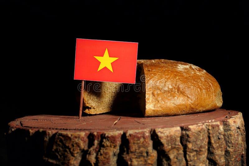 Vietnamese vlag op een stomp met brood stock foto