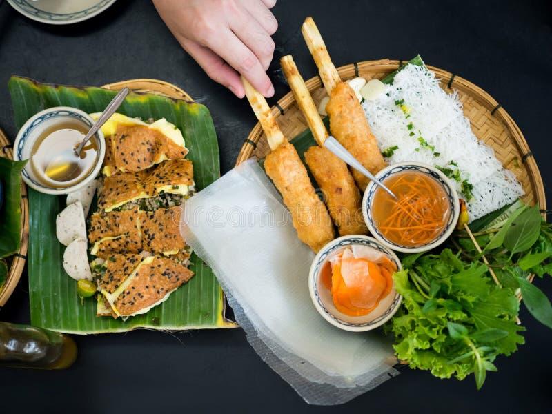 Vietnamese Vleesballetjeomslagen - de omslagen van de Varkensvleesworst met groenten - Nam Neaung stock afbeeldingen