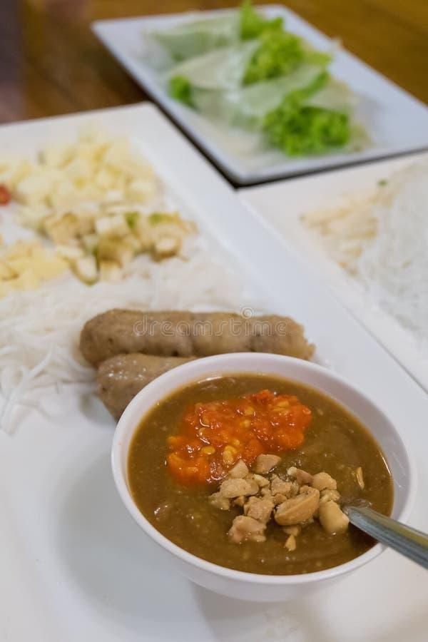 Vietnamese vleesballetjeomslagen met groenten stock afbeeldingen